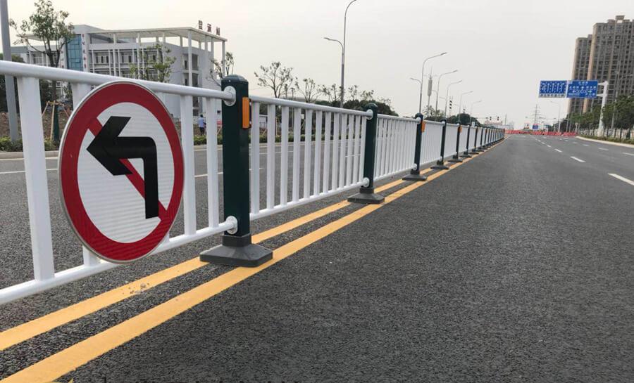 东兴锌钢道路护栏工程案例